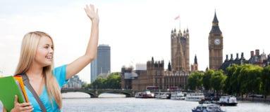 Lo studente con l'ondeggiamento delle cartelle consegna la città di Londra Fotografia Stock