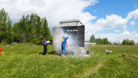Lo studente dei vigili del fuoco estingue la fiamma in apparecchiatura elettrica di comando archivi video