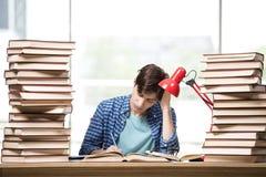 Lo studente del giovane che prepara per gli esami dell'istituto universitario Immagini Stock Libere da Diritti
