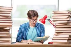 Lo studente del giovane che prepara per gli esami dell'istituto universitario Immagini Stock