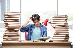 Lo studente del giovane che prepara per gli esami dell'istituto universitario Fotografia Stock