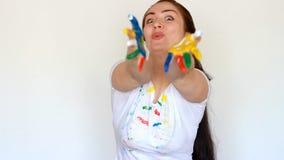 Lo studente del pittore della ragazza mostra il cuore ed invia un bacio dell'aria Amore di arte e della professione Vestiti sporc archivi video