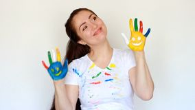 Lo studente del pittore della ragazza sorride e balla Vestiti sporchi e mani sporche della donna dell'artista Sorriso Pittura, ar stock footage