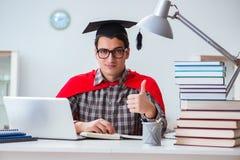 Lo studente dell'eroe eccellente con i libri che studia per gli esami Fotografia Stock Libera da Diritti