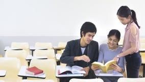 Lo studente della gente ha letto il libro e parla nell'aula delle sedie di conferenza Fotografia Stock Libera da Diritti
