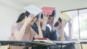 Lo studente della gente ha letto il libro e tiene le spese generali e si siede la conferenza chai Fotografia Stock