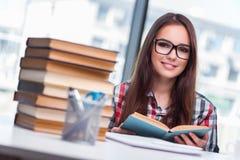 Lo studente della giovane donna che prepara per gli esami dell'istituto universitario Immagine Stock Libera da Diritti