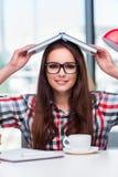 Lo studente della giovane donna con molti libri Fotografie Stock