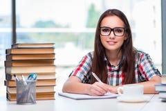 Lo studente della giovane donna con molti libri Fotografia Stock Libera da Diritti