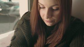 Lo studente della giovane donna lavora a distanza al caffè video d archivio