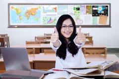 Lo studente della High School mostra il gesto di mano nella classe Fotografia Stock