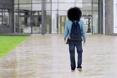 Lo studente di afro cammina al cortile della scuola Fotografia Stock