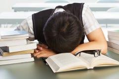 Lo studente di college cade addormentato Immagini Stock Libere da Diritti