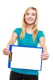 Lo studente di college della ragazza tiene la lavagna per appunti con lo spazio in bianco vuoto Immagini Stock
