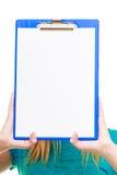 Lo studente di college della ragazza tiene la lavagna per appunti con lo spazio in bianco vuoto Immagine Stock