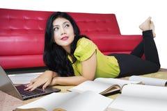Lo studente di college impara con il computer portatile ed il libro Immagine Stock Libera da Diritti