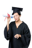 Lo studente di laurea tiene il diploma come il telescopio Fotografia Stock Libera da Diritti