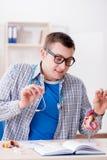 Lo studente di medicina che studia cuore in aula durante la conferenza Fotografie Stock Libere da Diritti