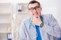 Lo studente di medicina che studia scheletro in aula durante la conferenza Immagine Stock