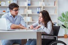 Lo studente disabile che studia e che prepara per gli esami dell'istituto universitario fotografia stock