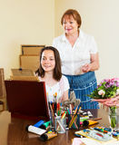 Lo studente disegna un'immagine con il suo insegnante Immagine Stock