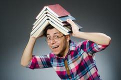 Lo studente divertente con molti libri Fotografie Stock Libere da Diritti