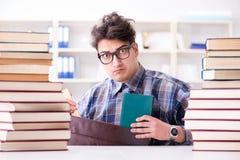 Lo studente divertente del nerd che prepara per gli esami dell'università Immagini Stock