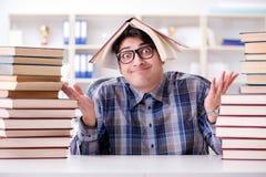 Lo studente divertente del nerd che prepara per gli esami dell'università Fotografie Stock