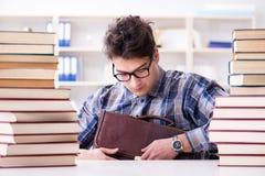 Lo studente divertente del nerd che prepara per gli esami dell'università Immagine Stock Libera da Diritti