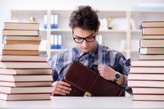 Lo studente divertente del nerd che prepara per gli esami dell'università Fotografia Stock Libera da Diritti