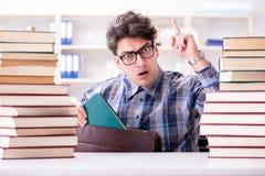 Lo studente divertente del nerd che prepara per gli esami dell'università Fotografie Stock Libere da Diritti