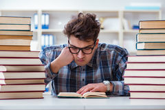 Lo studente divertente del nerd che prepara per gli esami dell'università Fotografia Stock
