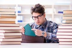 Lo studente divertente del nerd che prepara per gli esami dell'università Immagine Stock