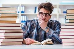 Lo studente divertente del nerd che prepara per gli esami dell'università Immagini Stock Libere da Diritti