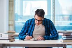 Lo studente durante la conferenza in università Immagine Stock