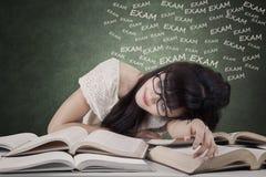 Lo studente esaurito prepara l'esame Fotografie Stock