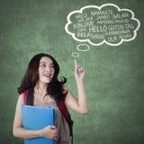 Lo studente femminile della High School impara la lingua straniera Fotografia Stock
