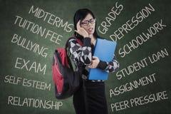 Lo studente ha giramenti di testa per pensare i suoi problemi Immagine Stock