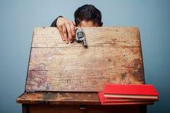 Lo studente ha portato una pistola alla scuola Fotografia Stock Libera da Diritti