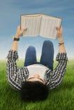 Lo studente legge il libro all'aperto Immagini Stock