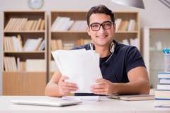 Lo studente maschio felice che prepara per i suoi esami Fotografia Stock