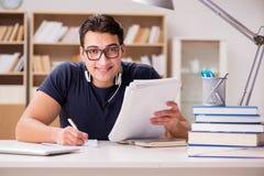 Lo studente maschio felice che prepara per i suoi esami Immagini Stock Libere da Diritti