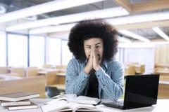 Lo studente maschio sembra stanco nell'aula Fotografie Stock Libere da Diritti