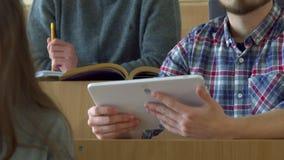 Lo studente maschio utilizza la compressa digitale al corridoio di conferenza archivi video