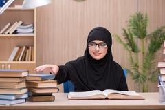 Lo studente musulmano della donna che prepara per gli esami Fotografie Stock
