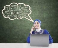 Lo studente musulmano impara multilingue Immagini Stock Libere da Diritti