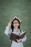 Lo studente ottiene l'ispirazione con il libro disponibila Immagini Stock