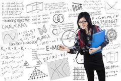 Lo studente scrive la formula sulla lavagna Fotografia Stock Libera da Diritti