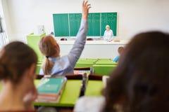 Lo studente solleva la mano nel corridoio di conferenza Fotografia Stock Libera da Diritti