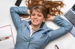 Lo studente sorridente che si trova sopra appoggia con il computer portatile su bianco Fotografie Stock Libere da Diritti